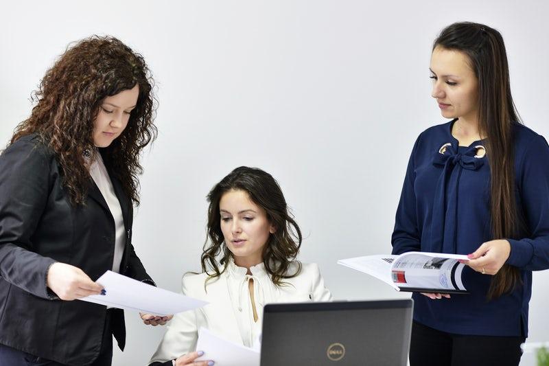 betanított női munka